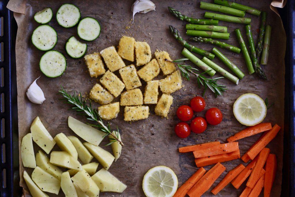 Ofengemüse mit paniertem Tofu und grünem Spargel