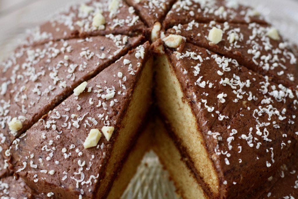 Zuckerreduzierte Buttercremetorte mit weißer Schokolade