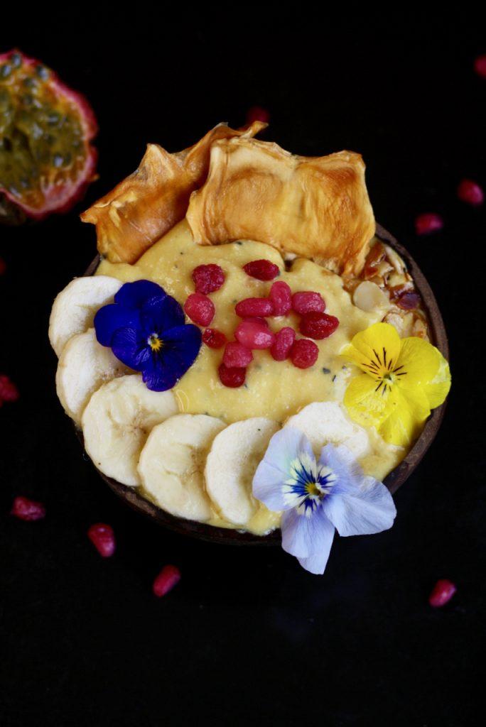 Yellow Smoothie Bowl mit getrockneter Jackfruit